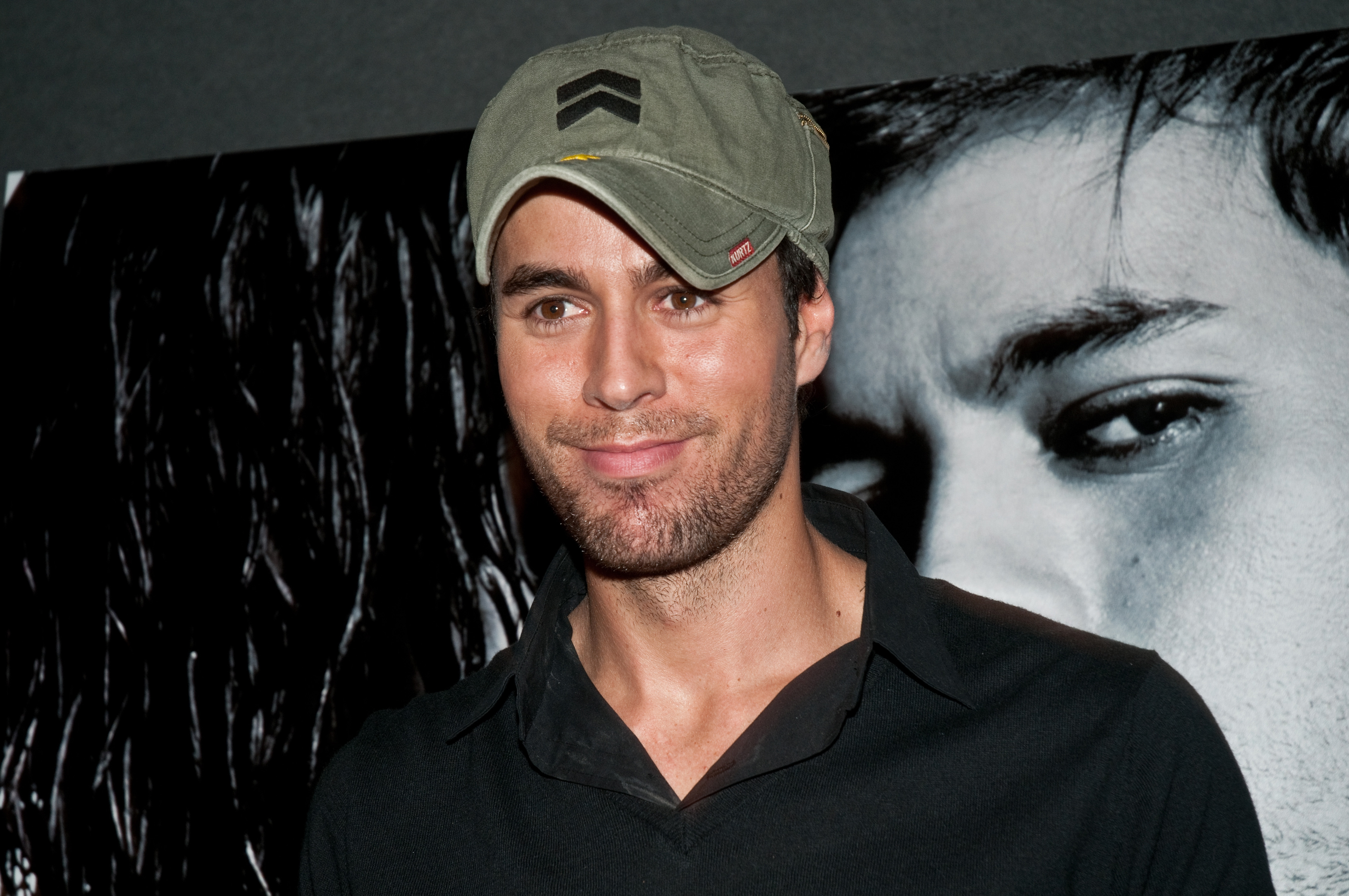 Enrique Iglesias Naked: In Video Singer, Water Skiing Nude