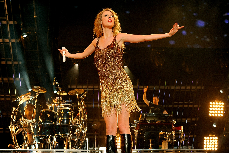 Taylor Swift Newlyweds Miranda Lambert Blake Shelton Thrill Fans On Last Night Of Cma Fest Access Online