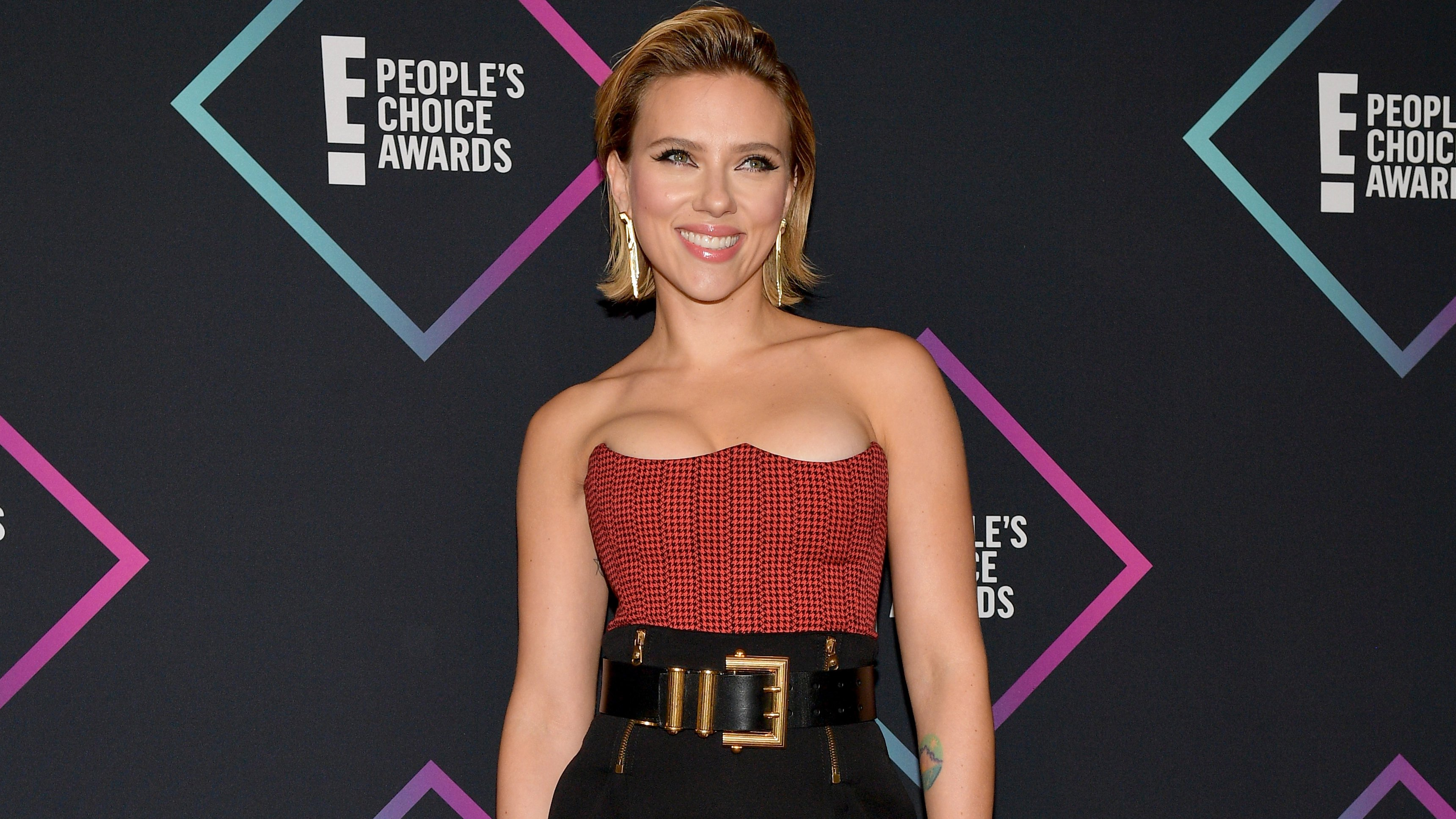 221a68be31 Scarlett Johansson Sizzles In A Corset-Style Top As She Wins Big At 2018  People s Choice Awards