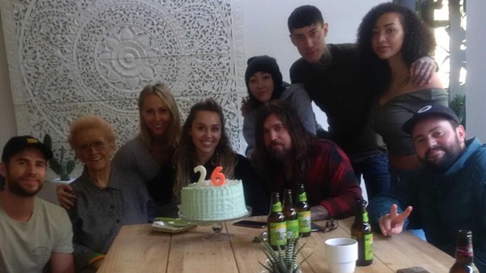 Strange Miley Cyrus Spends Her 26Th Birthday With Liam Hemsworth Her Funny Birthday Cards Online Alyptdamsfinfo