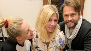 Tori Spelling Posts Pic With Jennie Garth Jason Priestley Amid Bh90210 Drama