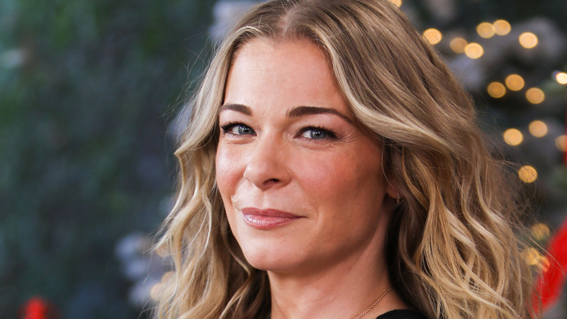 LeAnn Rimes Poses Nude To Show Her Psoriasis & Calls