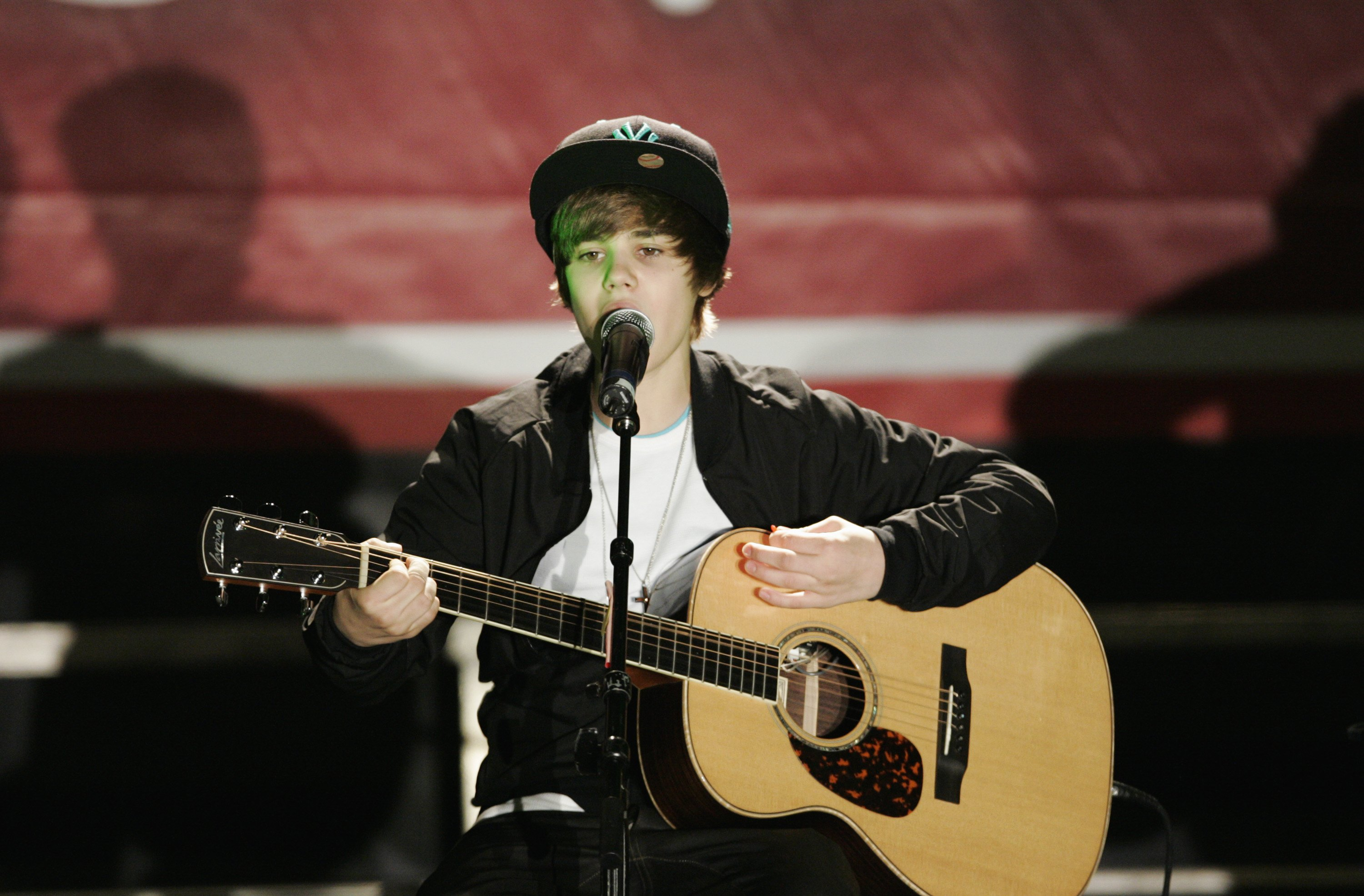 Justin-Bieber-performs-at-a-Radio-Disney-AM-1110-Concert-in-Los-Angeles-on-August-3-2008