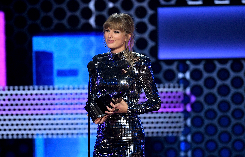 Taylor Swift accepts Favorite Album award