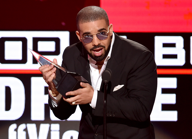 Drake-Wins-At-The-2016-American-Music-Awards