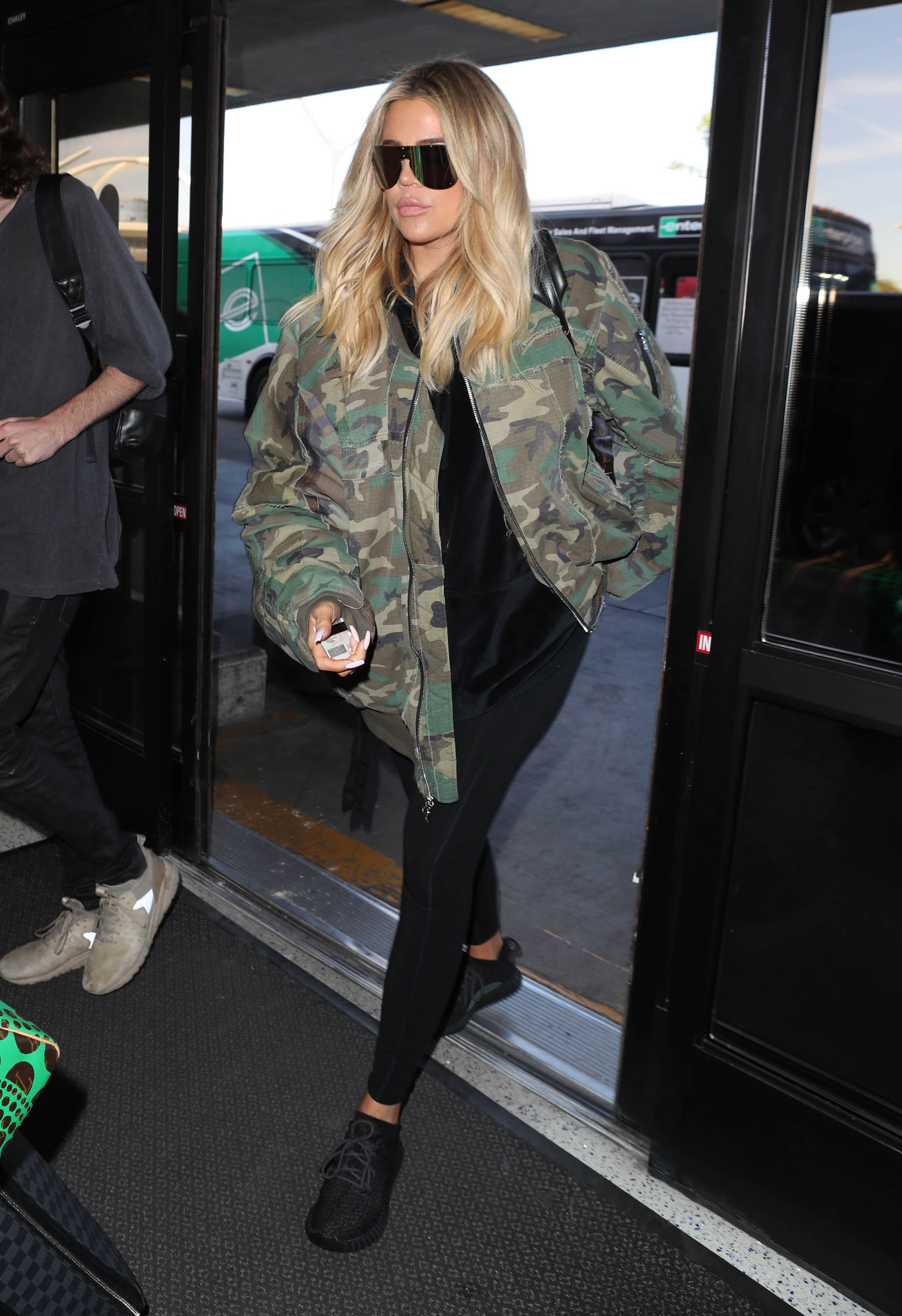Khloé-Kardashian-Hides-Her-Baby-Bump-At-The-Airport