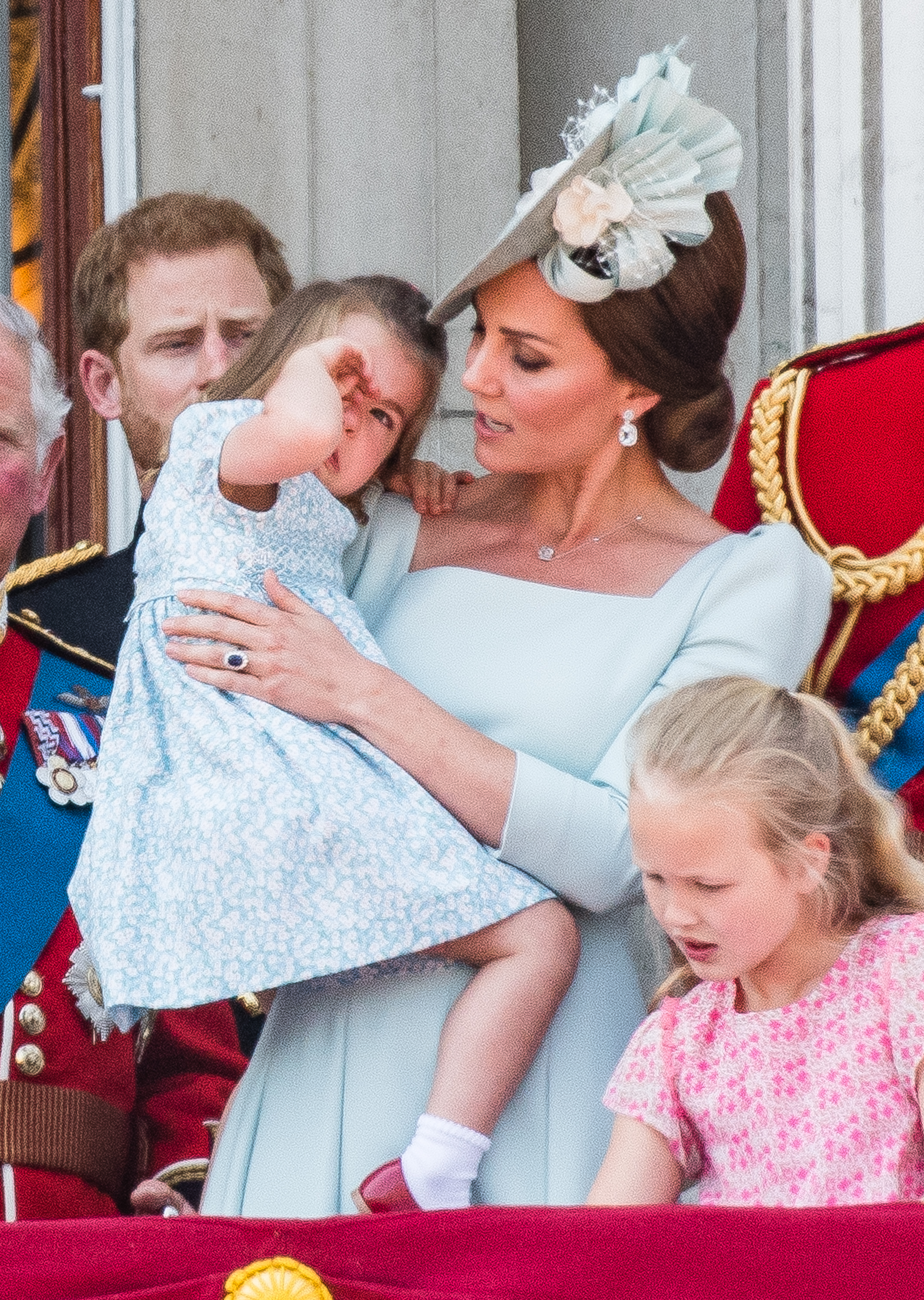 Kate-Middleton-Saves-The-Day-After-Princess-Charlotte-Cries-After-A-Fall-On-The-Buckingham-Palace-Balcony
