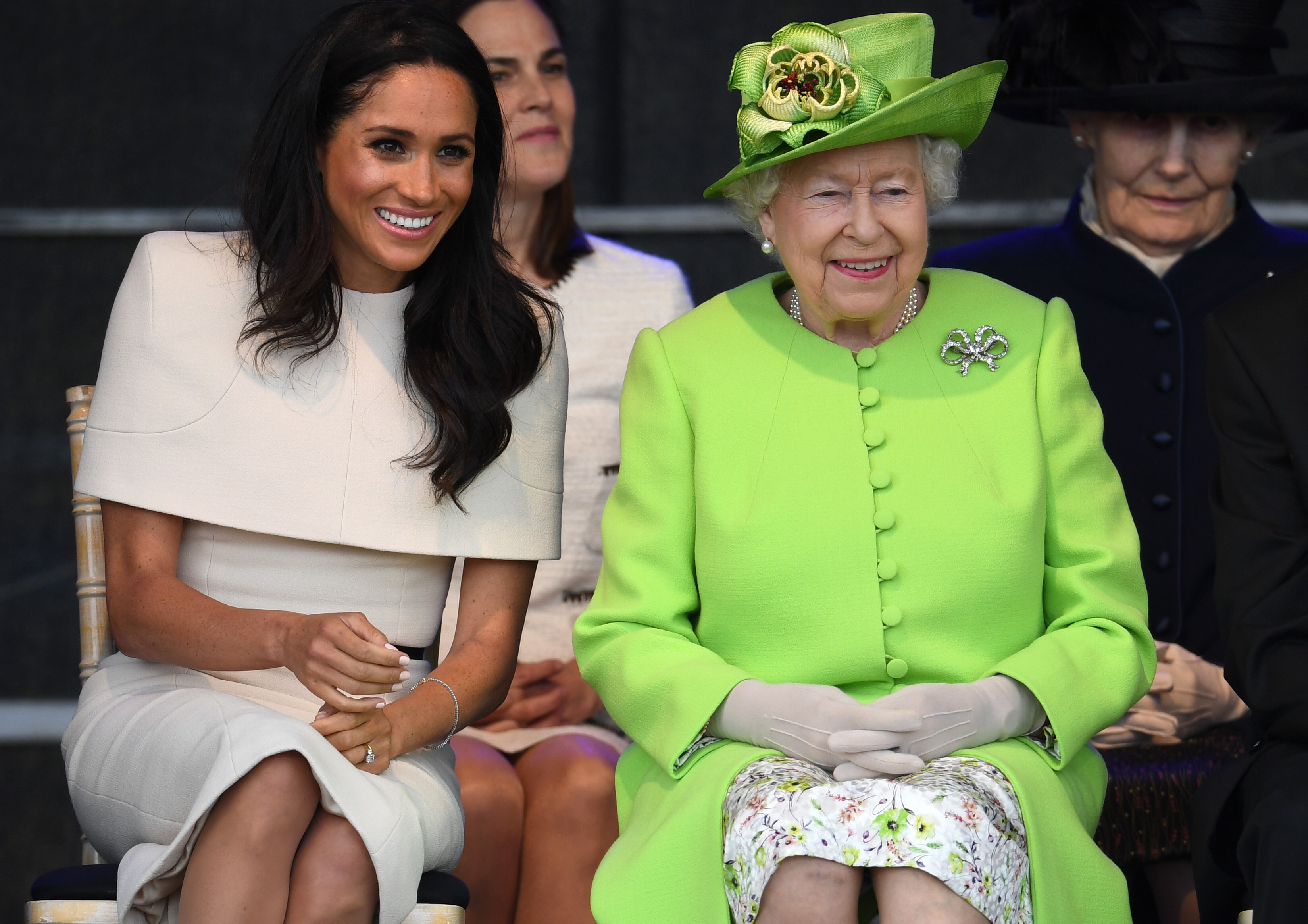 Meghan-Markle-And-Queen-Elizabeth-Set-Their-Purses-On-The-Ground-—-Just-Like-Us