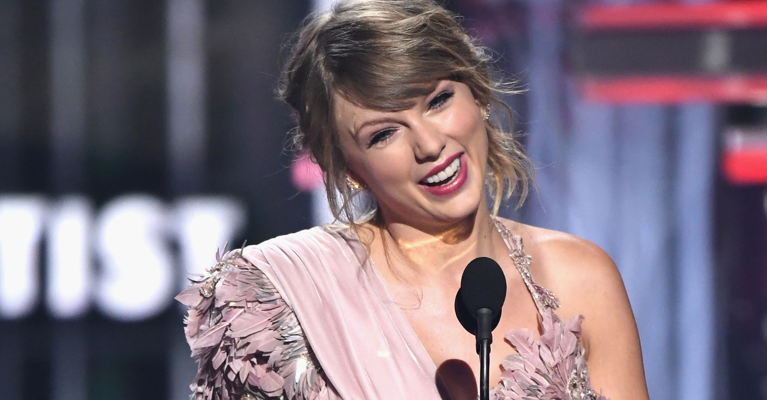 Taylor-Swift-Meets-The-Team-Who-Left-Her-Inspiring-Messages-During-Her-Sexual-Assault-Trial