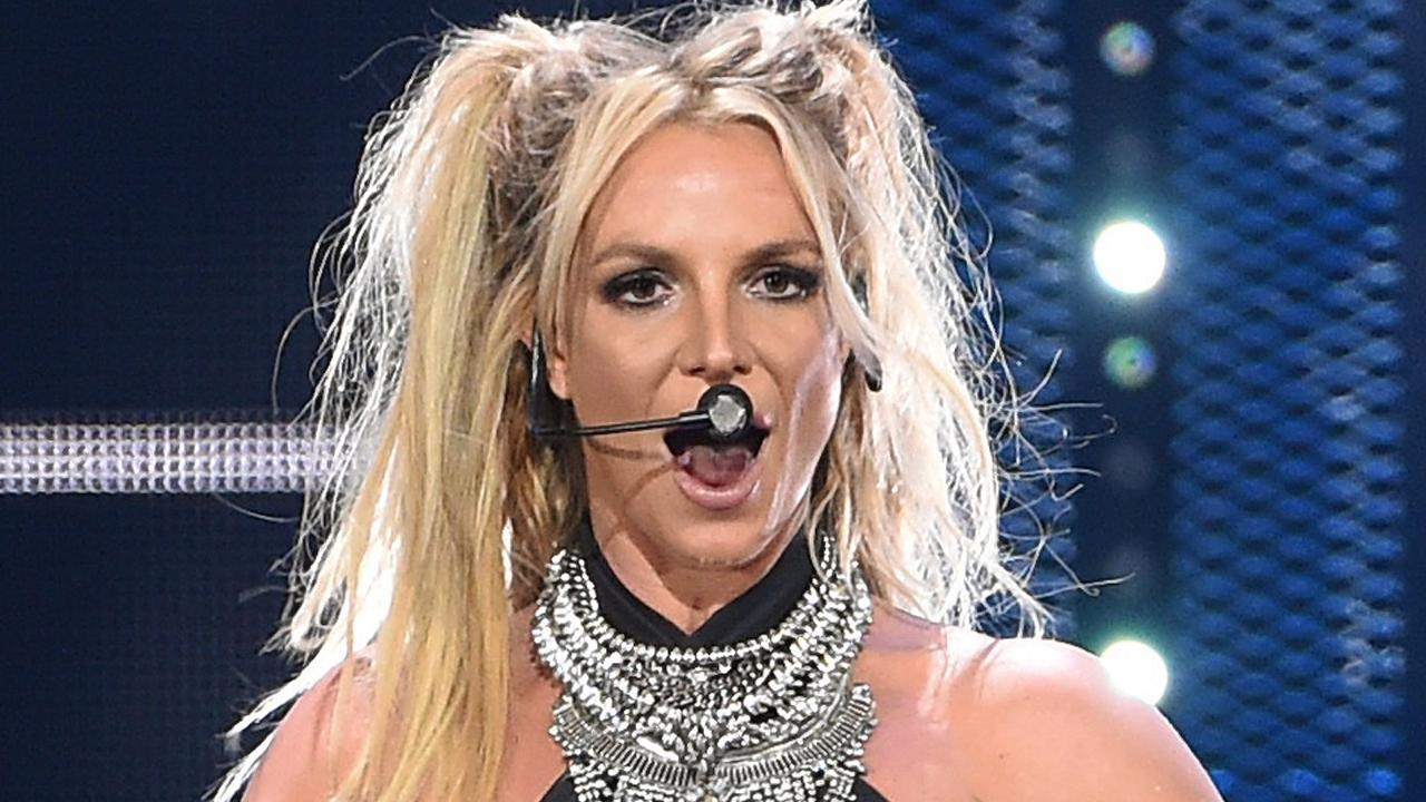 Britney-Spears-Suffered-An-Onstage-Wardrobe-Malfunction-Handled-It-Like-A-Champ