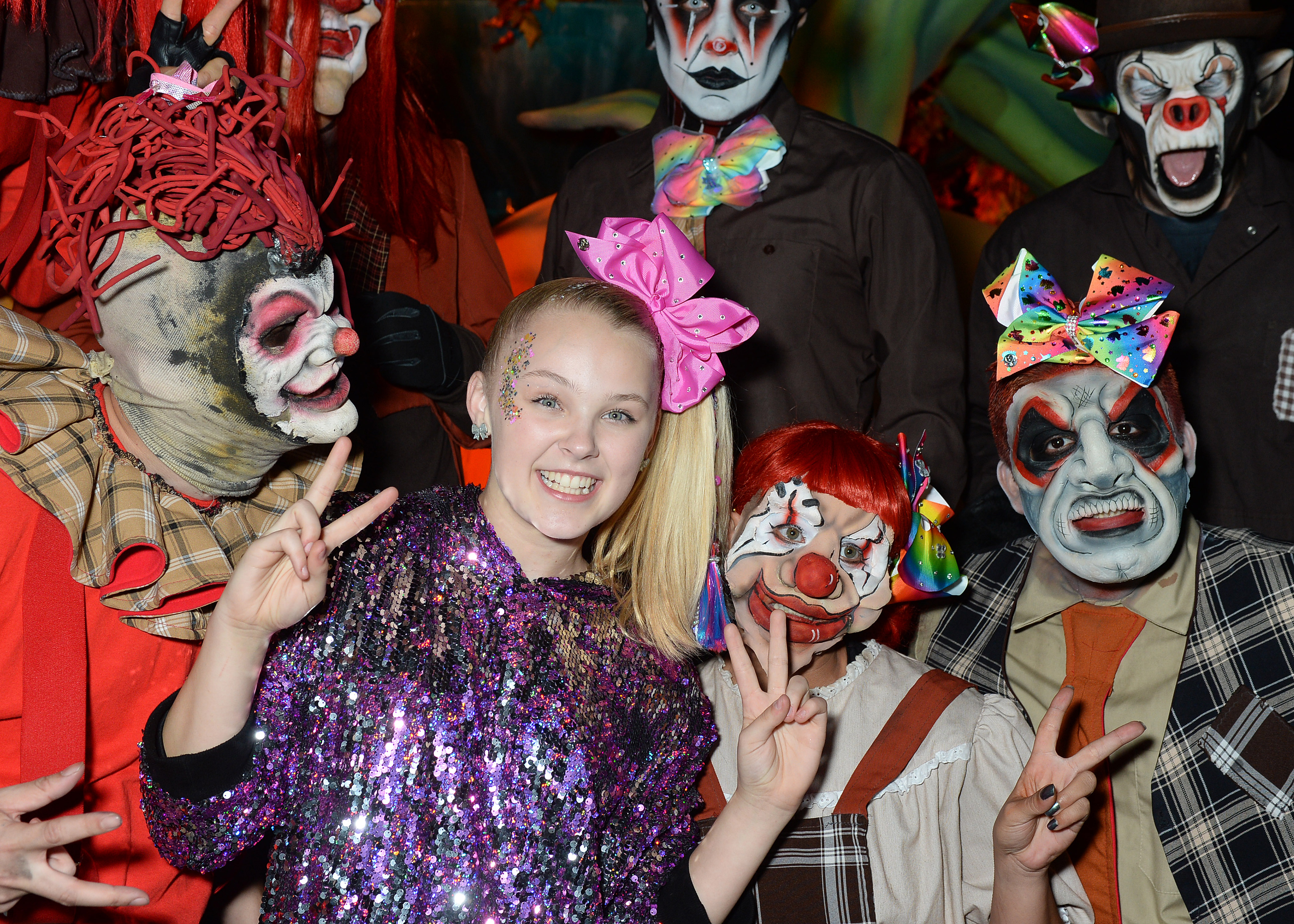 Jojo Siwa Takes On The New Dark Entities Maze At Knott S Scary Farm 2018 Exclusive Access